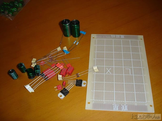 还没有开声呢,现在先用几块垃圾运放顶上,等开声正常后再换上好的运放。 电路图参考本坛斑竹发过的一个电路,只是电压放大级运放前面和后面各增加了一级缓冲,后面加缓冲是增加前级对后级的驱动能力,前面加一级缓冲是为了方便接电脑声卡输出,提高匹配性。 如果是用在CD或DAC输出,则可加可不加。   外壳到了,机子最终完成啦,上靓照: