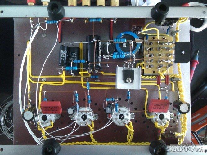 今天调整完了,晶体稳压还是很好,屏极帘栅级电压都稳定在275和265v,噪音贴在音箱上声音开到最大才能听到热噪音,很安静。还有些小插曲,回家用电脑再汇报上图! 今天主要是调整晶体管稳压前的电压,查出噪音的来源,把噪音减到最小! 提高次级高压很简单,换个高压输出就是了,最后调整到次级高压250V,整流后在315V左右,稳压后基本保持在298V-300V之间,稳压线路中的R1调整为10K。 在这个过程中要注意几点,在调整晶体管稳压电路中任何元件的时候,一定要将电容里的电放干净才行。我今天吃了这个亏,除损坏了